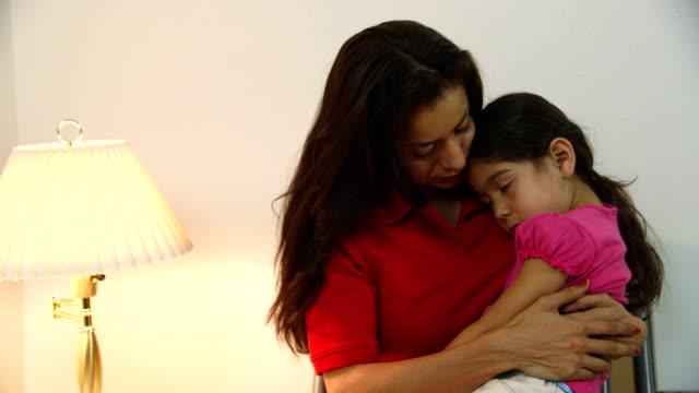 Gros plan de maman avec enfant malade dans clinic Salle d'attente - Vidéo