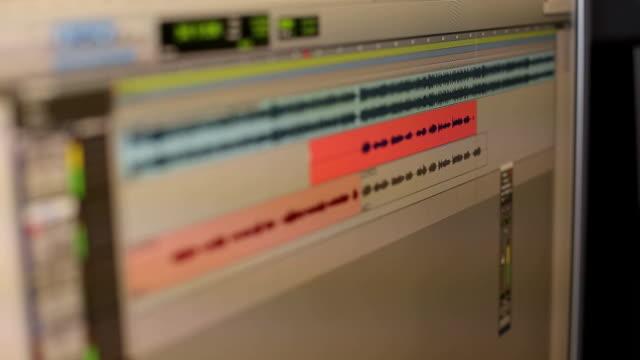 レコーディングスタジオでのモニターのクローズアップ。 - 編集者点の映像素材/bロール