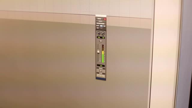 vidéos et rushes de gros plan du moniteur en studio d'enregistrement. - synthétiseur