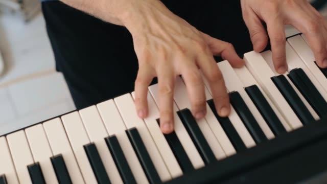 vídeos de stock e filmes b-roll de close-up of musician playing a piano - dedo humano