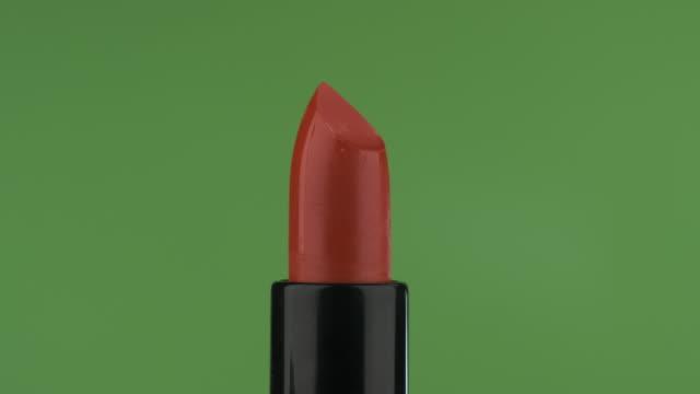 nahaufnahme des öffnens und schließens des roten lippenstifts. - lippenstift stock-videos und b-roll-filmmaterial