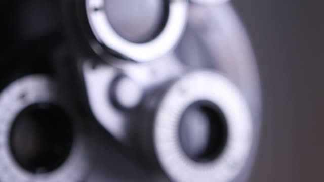 vidéos et rushes de gros plan d'outils médicaux opticien - réfracteur