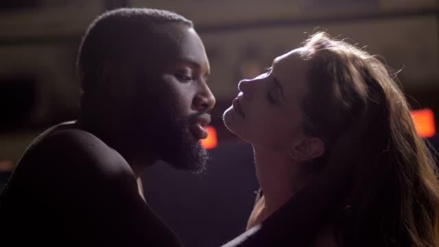 vídeos de stock e filmes b-roll de closeup of passionate man kissing woman's neck - puxar cabelos