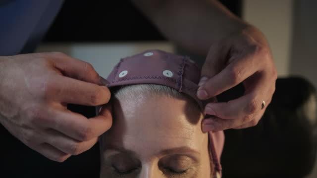 hastane kliniğinde tıbbi sınav sırasında hasta baş closeup - kep şapka stok videoları ve detay görüntü çekimi