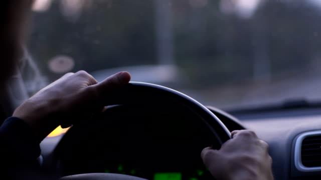 vídeos y material grabado en eventos de stock de primer plano de las manos de la persona en el volante de conducción de coche. - conducir