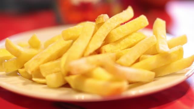 closeup of potatoes fries. - поститься стоковые видео и кадры b-roll