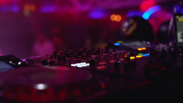 närbild av professionell ljudutrustning i klubben, lyser lysande dansgolv - dansbana bildbanksvideor och videomaterial från bakom kulisserna