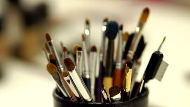 vidéos et rushes de gros plan des pinceaux à maquillage cosmétiques professionnels - pinceau à maquillage