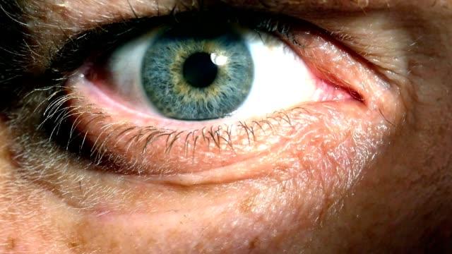 closeup of pulsating iris showing pupillary response - wzrok filmów i materiałów b-roll