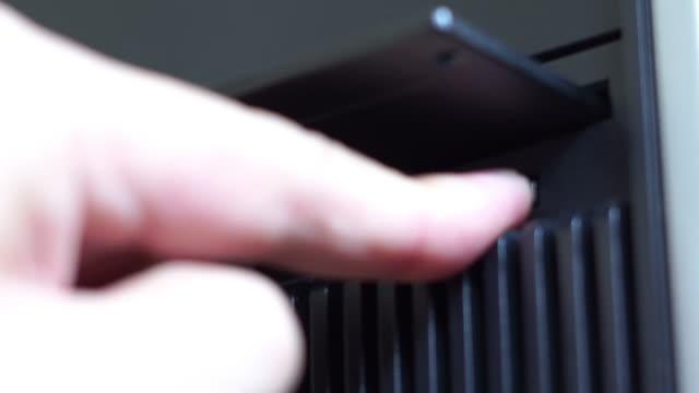 vídeos y material grabado en eventos de stock de primer plano de la eliminación de disquetes - disquete