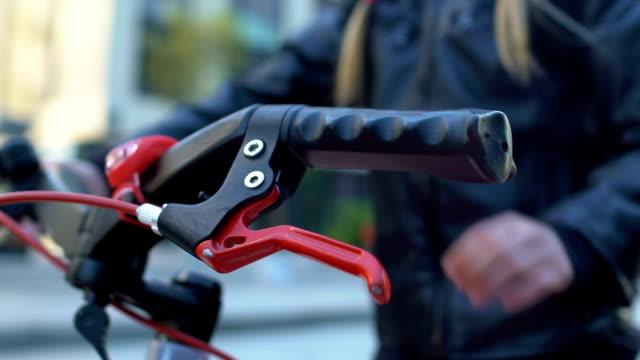 nahaufnahme der schülerin im helm fahrradfahren, regeln und sicherheit, freizeit - fahrradfahren lernen close helmet stock-videos und b-roll-filmmaterial