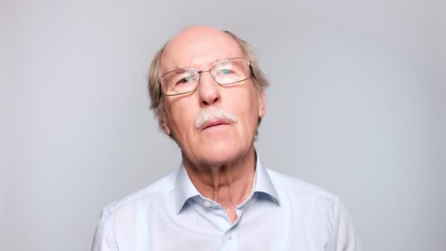nahaufnahme des seniors wundert sich - menschlicher kopf stock-videos und b-roll-filmmaterial