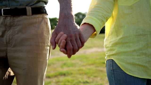 愛を表現する手を繋いでいる高齢者のクローズ アップ - 老夫婦点の映像素材/bロール