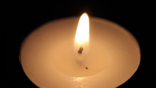 작은 불타는 촛불의 클로즈업 - 촛불 조명 장비 스톡 비디오 및 b-롤 화면