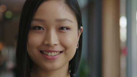 vídeos de stock e filmes b-roll de close-up of smiling businesswoman during seminar - primeiro plano