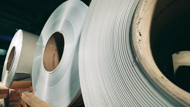 vídeos de stock e filmes b-roll de closeup of steel coils at production department - aço