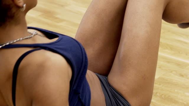 거 무스 름 한 아프리카 여성의 몸의 클로즈업 보도 대 한 운동 수행 - 한 명의 젊은 여자만 스톡 비디오 및 b-롤 화면
