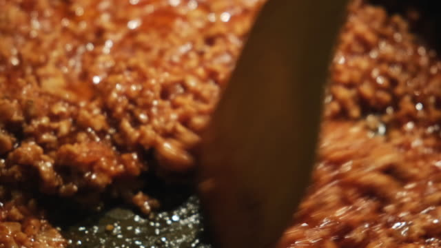 フライパンで準備する塩とコショウでおいしいボロネーゼソースのクローズアップ。概念。イタリア料理のコンセプト ビデオ