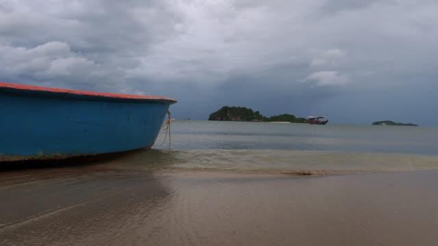 關閉泰式木船在海洋中與附近的島嶼。 - 東南 個影片檔及 b 捲影像