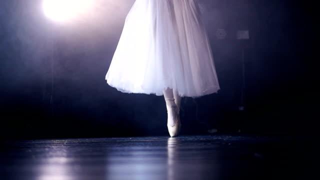 nahaufnahme der beine die ballerina in spitzenschuhen. kein gesicht. hd. - ballettröckchen stock-videos und b-roll-filmmaterial