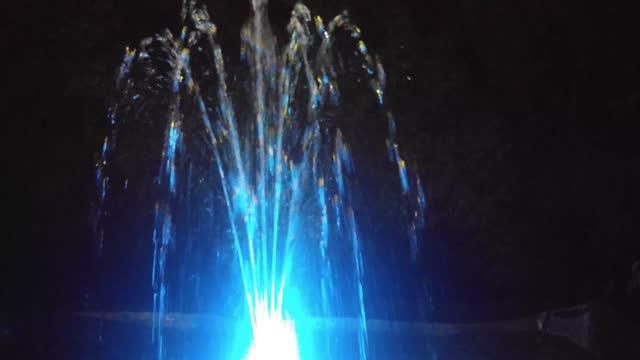 primo-up della fontana colorata al buio - decorazione festiva video stock e b–roll