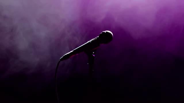 närbild på ansiktet av sångaren med mikrofon - sångare artist bildbanksvideor och videomaterial från bakom kulisserna