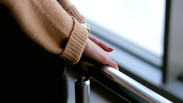 close-up of the girl holding hands on the handrail - parapetto barriera video stock e b–roll