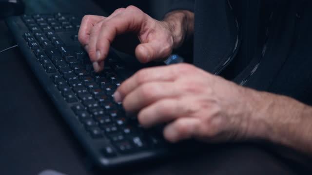 ハッカーの手入力プログラムコードのクローズアップ。 - なりすまし犯罪点の映像素材/bロール