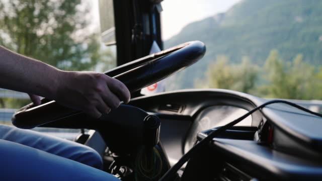 vídeos y material grabado en eventos de stock de primer plano de la rueda de manejo del bus. las manos del conductor mantener la rueda de manejo - autobús