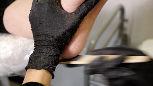 zbliżenie leczenia obcasów z plikiem. mistrz pedicure - pedicure filmów i materiałów b-roll