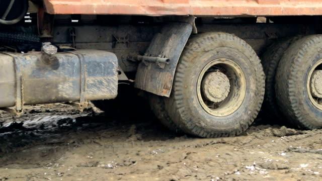 primo passo di ruote per camion che guidano e tirano in una palude - truck tire video stock e b–roll