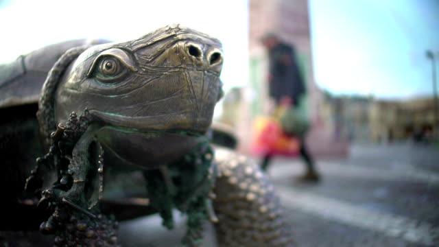 vídeos de stock, filmes e b-roll de grande plano do bando de exploração de escultura de tartaruga de uvas na boca, bordeaux, frança - punhado