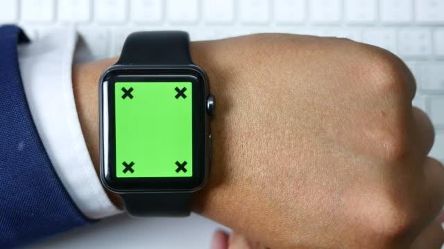 närbild av använder smarta klocka, grön skärm - armbandsur bildbanksvideor och videomaterial från bakom kulisserna