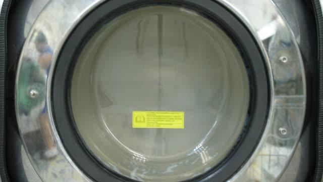 Gros plan de la machine à laver pendant la filature - Vidéo