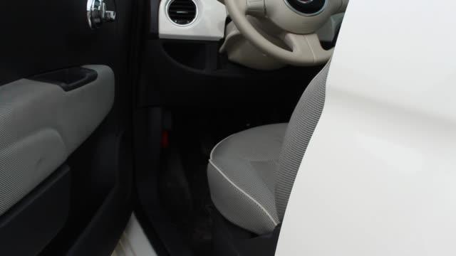 vidéos et rushes de gros plan de la voiture blanche porte fermée - voiture blanche