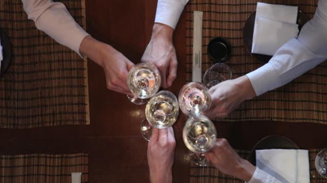 närbild av vin toast - vitt vin glas bildbanksvideor och videomaterial från bakom kulisserna