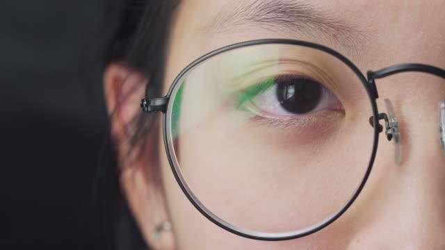 stockvideo's en b-roll-footage met close-up van vrouwenogen die camera bekijken - bril brillen en lenzen