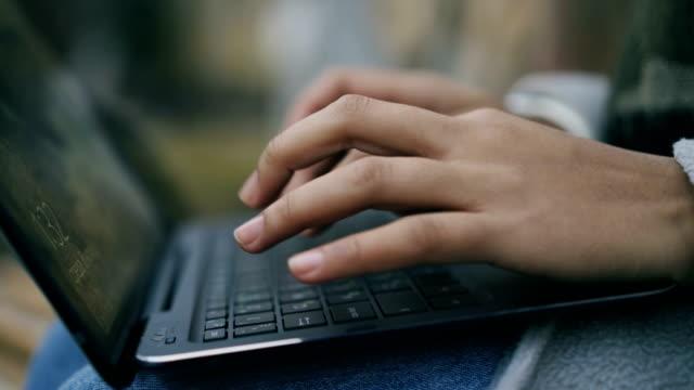 Gros plan de femme mains tapant à l'extérieur de l'ordinateur portable - Vidéo