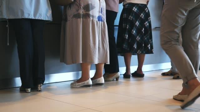病院や郵便で待っている女性と男性のクローズアップ。メディア。順番を静かに待っている人々 ビデオ