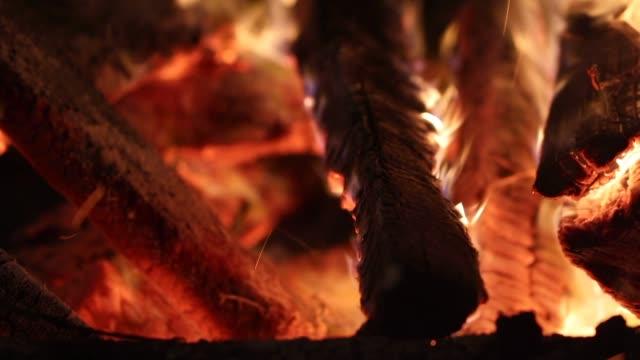 geceleri yanan odun closeup - şömine odunu stok videoları ve detay görüntü çekimi