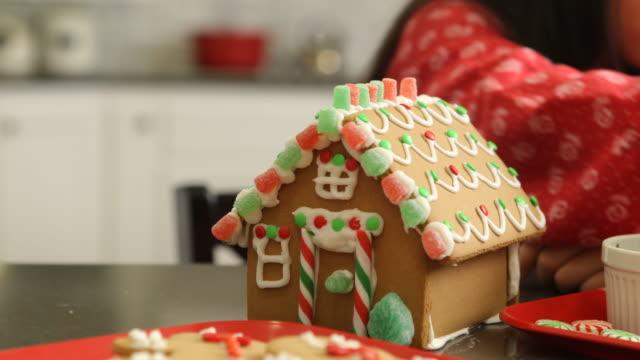 stockvideo's en b-roll-footage met close-up van jong meisje versieren peperkoek - family winter holiday