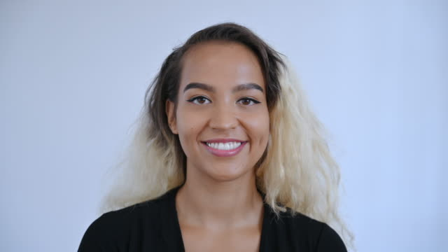 primo-up della giovane donna isolana del pacifico con i capelli bito tonica - 20 24 anni video stock e b–roll