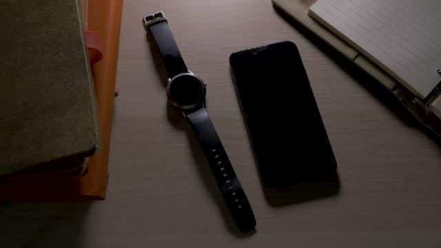 närbild på smart telefon, mobil telefon och smart klocka med ring märkning - alarm clock bildbanksvideor och videomaterial från bakom kulisserna