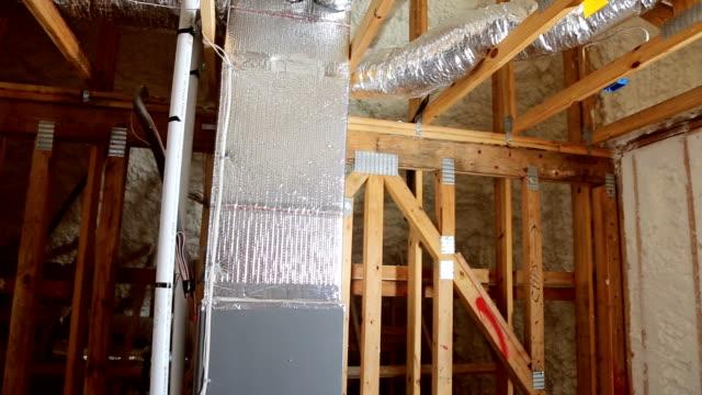 closeup auf thermische isolierung zu installieren, auf dem dachbodenisolierung des hauses - dachboden stock-videos und b-roll-filmmaterial