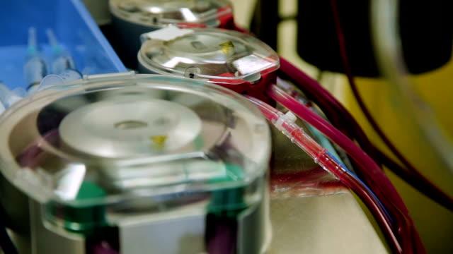 vídeos de stock, filmes e b-roll de close-up, operando a máquina coração - pulmão com tubos e aletas que corre o sangue - marcapasso cirurgia cardíaca