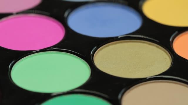 vídeos de stock e filmes b-roll de close-up palette of eyeshadows collection - sombra para os olhos