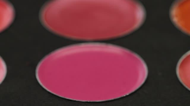 vidéos et rushes de palette de plan rapproché de la collection de rouge à lèvres - crayon à lèvres