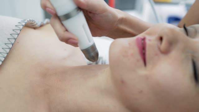 close-up part of woman neck on moisturizing, lifting, rejuvenating procedure in clinic, slow motion - затягивание стоковые видео и кадры b-roll
