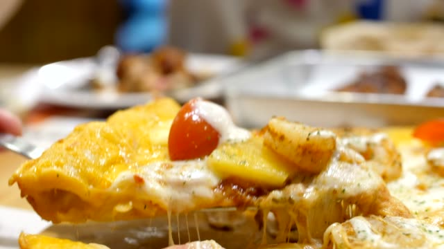 クローズアップピザ - チーズ 溶ける点の映像素材/bロール