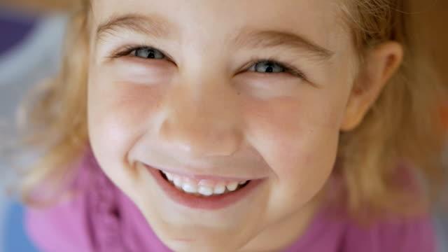 närbild porträtt av en glad liten tjej som spricker i skratt - människohuvud bildbanksvideor och videomaterial från bakom kulisserna